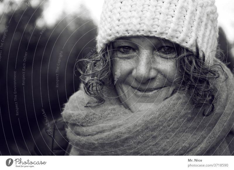 warm verpackt Gesicht Schal Mütze Accessoire Porträt feminin Haare & Frisuren Kopf Kälte Bekleidung stricken Mode Locken natürlich herbstlich Herbstbeginn