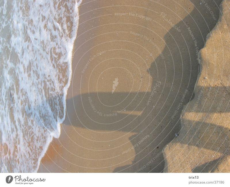 schatten im sand Sonne Meer Strand Wellen Europa Schaum Wölbung Länge