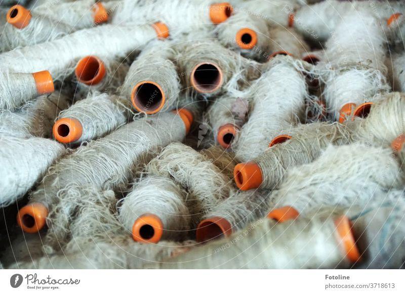 Fotoline im Dornröschenland - oder auf Spulen aufgewickeltes Garn in einer alten verlassenen Tuchfabrik weiß orange Faser Textil Stoff Handwerk Mode