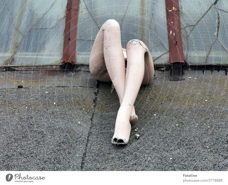 Die Beine einer Schaufensterpuppe in Szene gesetzt. Wo der Rest der Puppe ist? Ich habe keine Ahnung! Frau unvollständig alt kaputt Plastik Kunststoff Boden
