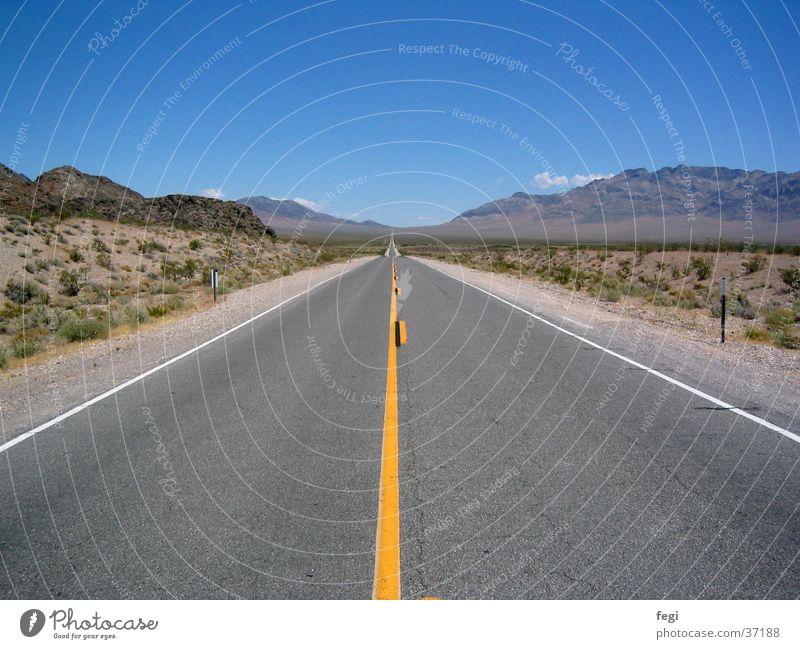 Road to nowhere Fahrbahn Nevada Utah Unendlichkeit Aussicht Horizont Hügel Fernweh Verkehr Straße Autobahn USA Wüste Himmel Landschaft Berge u. Gebirge