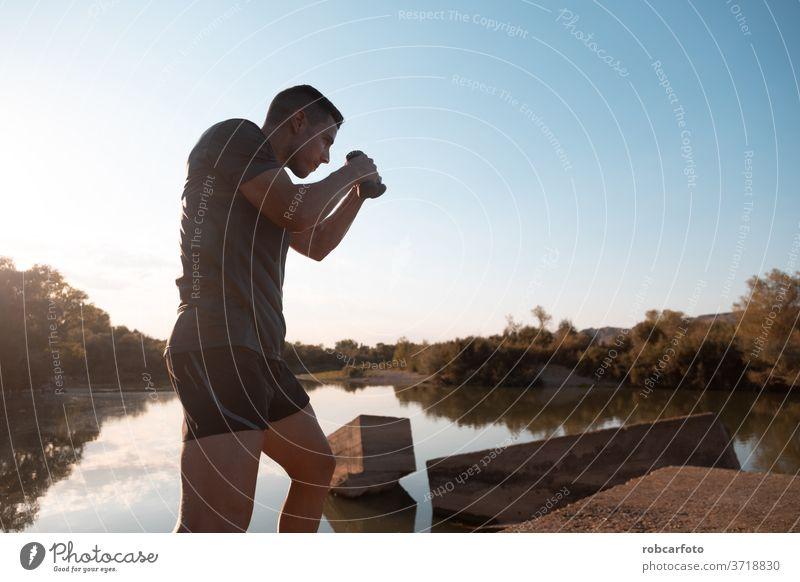 Mann trainiert neben dem Fluss männlich sportlich Sport Jogger Brücke Gesundheit Training im Freien Lifestyle aktiv Athlet Himmel Läufer arbeiten Männer Fitness