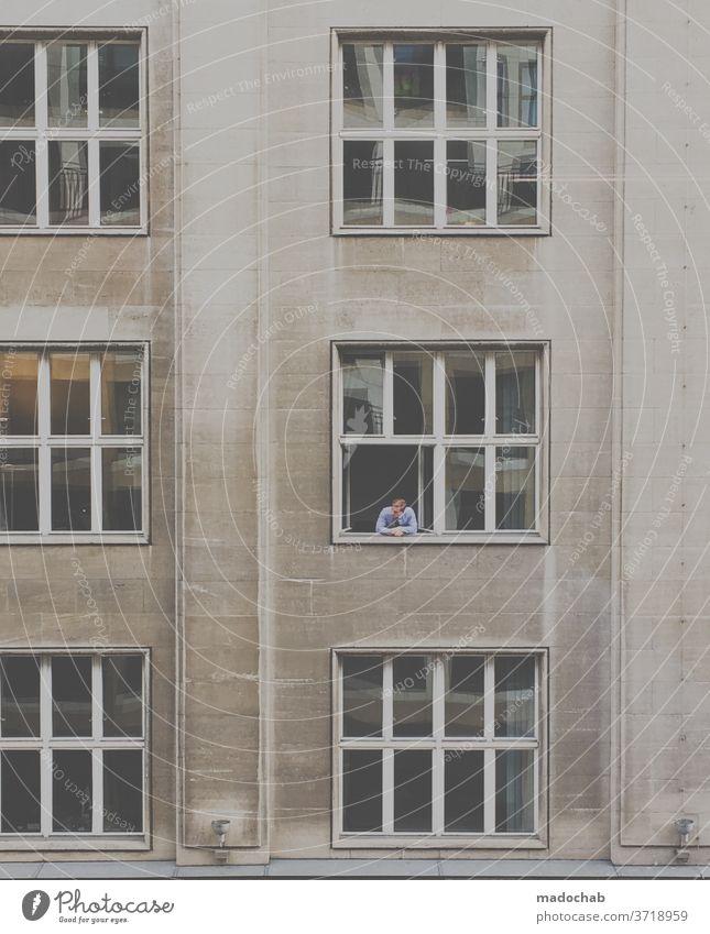Büro mit Aussicht Fassade Mann Fenster Architektur Gebäude Hochhaus Stadt Bauwerk Stadtzentrum Business Bürogebäude Arbeit Job Pause Arbeit & Erwerbstätigkeit