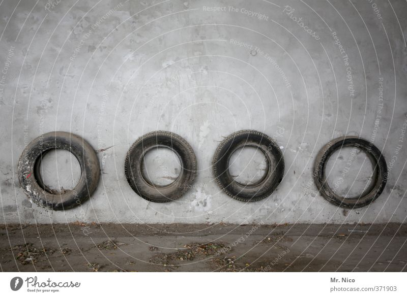 o o o o | ut köln | ehrenfeld II Keller Motorsport Fahrzeug dreckig rund grau Reifen Autoreifen Garage Stellplatz Wand Boden 4 trist Gummi winterreifen