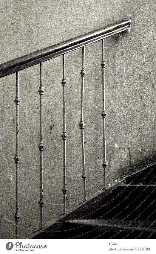 Licht am Ende der Treppe treppe treppengeländer treppenhaus alt historisch wand gebraucht holz treppenstufen eisen schmiedeeisern aufwärts handlauf aufgang