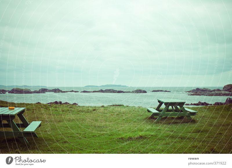 picknick Schönes Wetter Gras Pause Meer Strand Küste Picknick Tisch Aussicht Republik Irland grün Erholung leer Einsamkeit kalt trist Aschenbecher Wolken