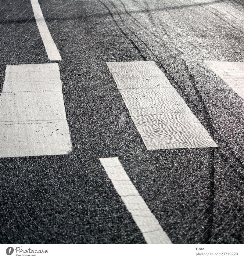 baselines (2) abgenutzt streifen weiss Vogelperspektive grau Asphalt Straße linien grundlinie mittelstreifen zebrastreifen überweg verkehr sonnenlicht