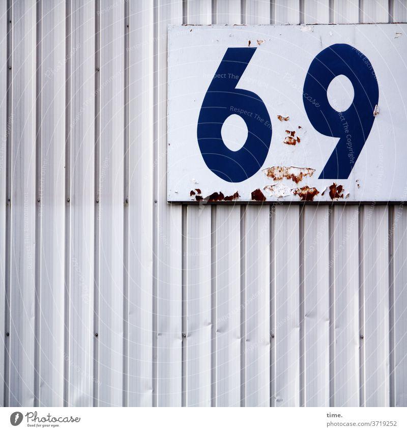 falsche Fährte container metall linien trashig rätsel inspiration blau delle flecken benutzt verlebt weiß zahl 69 rost abblättern orientierung zählung zeichen