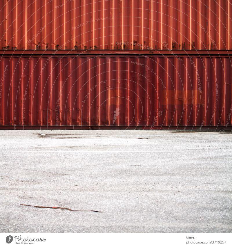 Materialträger auf Trägermaterial (1) container metall eisen tageslicht blech stein beton boden gestapelt linien streifen rot schwer platz hof firmenhof