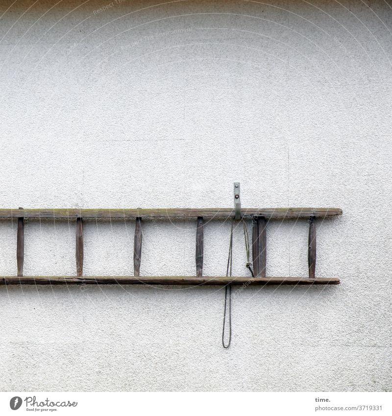 Schnittstellen des Alltags (9) mauer wand leiter sprosse sprossenleiter trocken inspiration holz hängen waagerecht seil band aufhängung hängevorrichtung haken