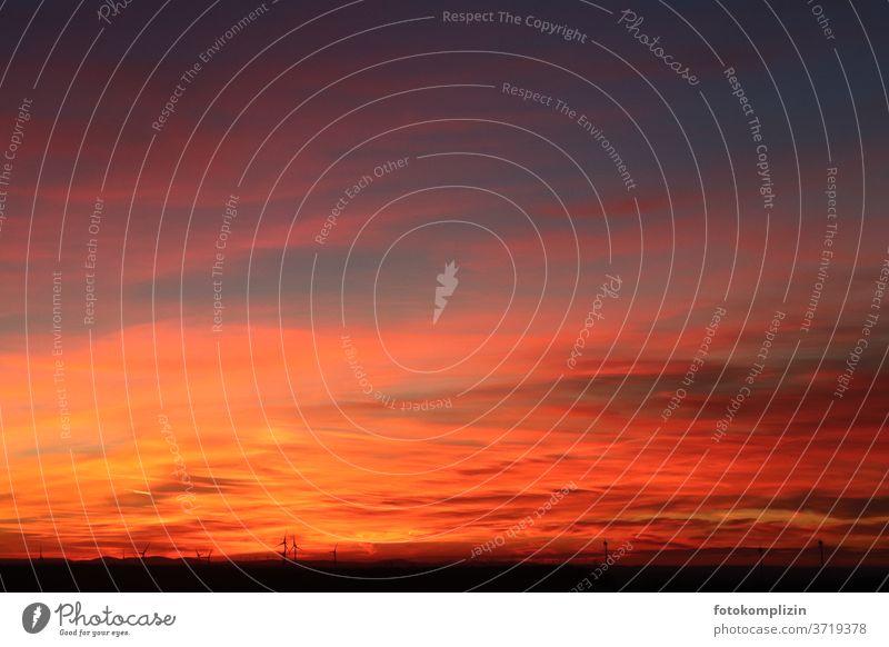 rot leuchtender Wolkenhimmel Sonnenuntergang Sonnenuntergangshimmel Sonnenuntergangsstimmung Sonnenuntergangslandschaft Abenddämmerung Dämmerung Roter Himmel