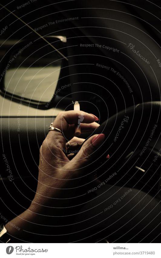 fahr.lässigkeit Rauchen Autofahren Hand Zigarette Fahrerin Lenkrad PKW lenken Konzentration Ablenkung lackierte Fingernägel Fahrzeug Verkehr Frau fahrlässig