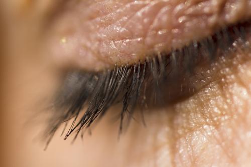 Makroaufnahme des menschlichen Augenlids und der Wimpern in. Tageslicht Nahaufnahme zugeklappt Haut Person Frau Erwachsener Schönheit Sauberkeit Gesundheit