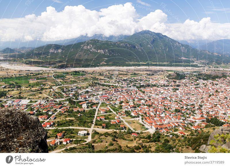 Luftaufnahme von Gebäuden mit rotem Dach in der Stadt Kalabaka, Meteora, Thessalien, Griechenland Antenne Architektur christian Großstadt Klippe Tag