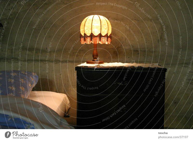 Sichtbettonbett Bett schlafen Hotelzimmer Nacht Architektur Nachttischlampe