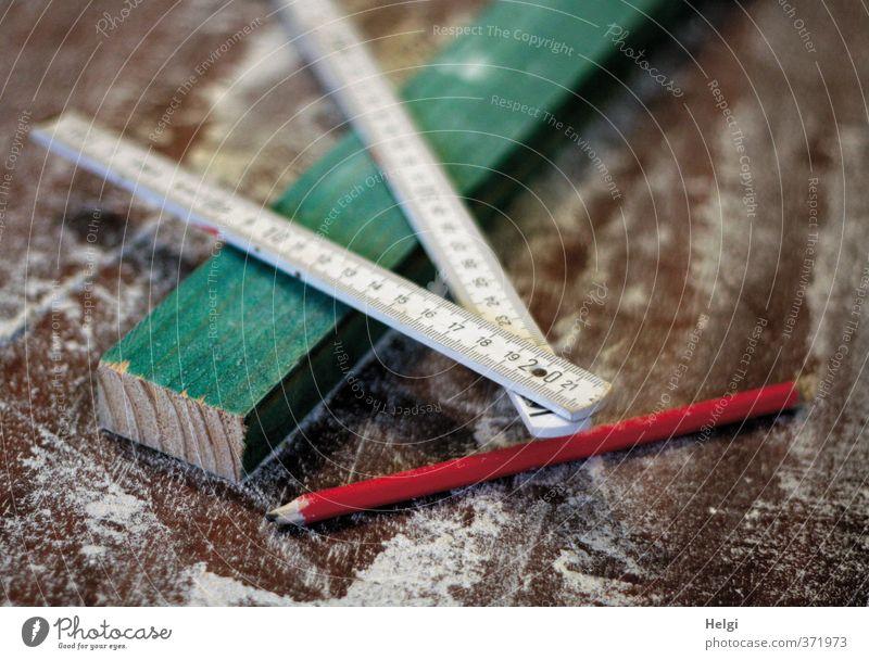 Baumaterial | Innenausbau... Arbeit & Erwerbstätigkeit Handwerker Baustelle Schreibstift Holzbrett Zollstock Sägemehl Bleistift gebrauchen liegen authentisch