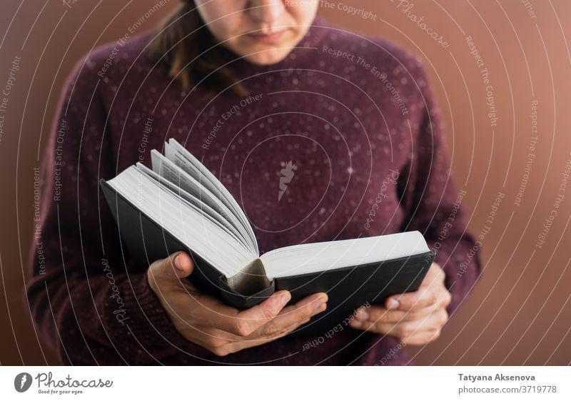Studentin mit Büchern über Braun Frau Schüler Bildung Buch Universität braun Hochschule lesen Pullover gestrickt Person Erwachsener studierend Menschen Porträt