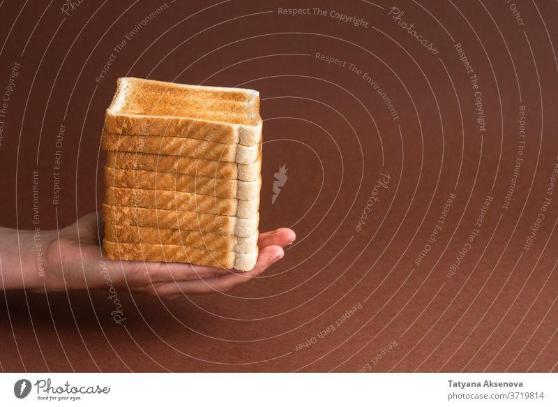 Haufen Toast in der Hand auf braun Frühstück Zuprosten Brot Morgen Mahlzeit Lebensmittel Snack geröstet weiß Scheibe gebacken modern Beteiligung