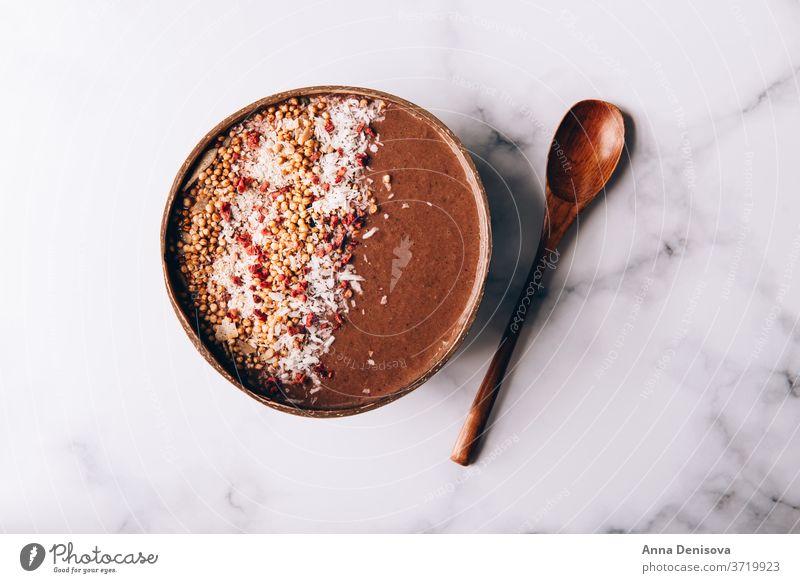 Schokoladen-Smoothie in Kokosnussschale Gesundheit Schalen & Schüsseln Entzug Banane Erdbeeren Himbeeren Lebensmittel Veganer roh Müsli Frucht Frühstück