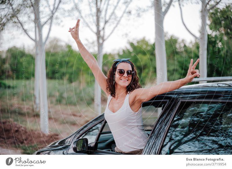 glückliche junge frau im auto. reise- und glückskonzept Glück Frau PKW reisen im Freien Weg Ausflug Kaukasier Lifestyle genießen Menschen attraktiv Automobil