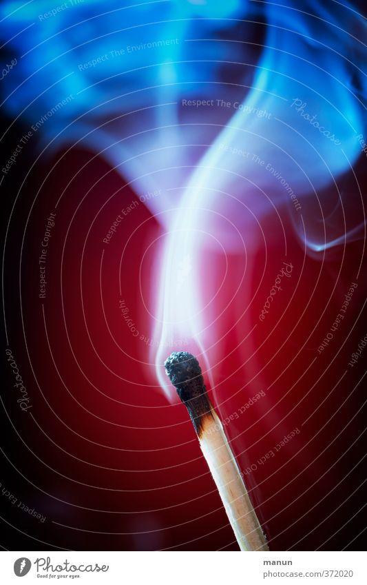 aus die Maus Streichholz rauchend Rauch Rauchen natürlich blau rot brennen Erschöpfung Farbfoto Menschenleer Textfreiraum oben Textfreiraum unten Licht Schatten