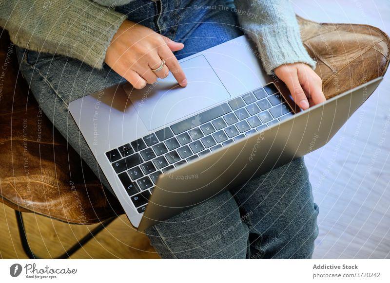 Frau arbeitet am Laptop zu Hause freiberuflich abgelegen Arbeit Tippen Projekt Surfen benutzend Inbetriebnahme heimwärts gemütlich Armsessel Internet Apparatur