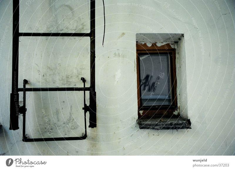 frontal Fenster dreckig weiß Dinge Leiter alt