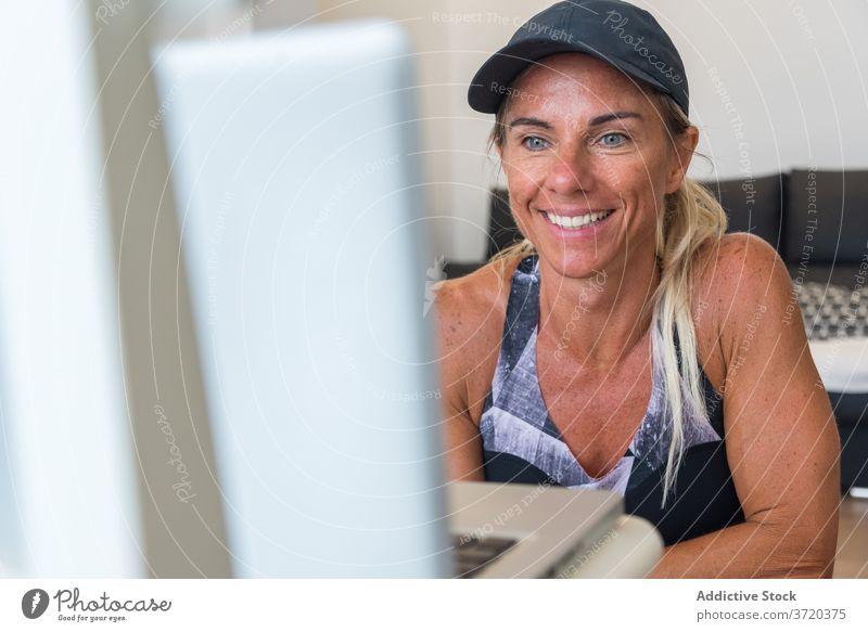 Sportlerin schaut Online-Tutorial zu Hause heimwärts Training online Frau zuschauen vorbereiten benutzend Laptop Athlet Sportbekleidung Video Internet passen