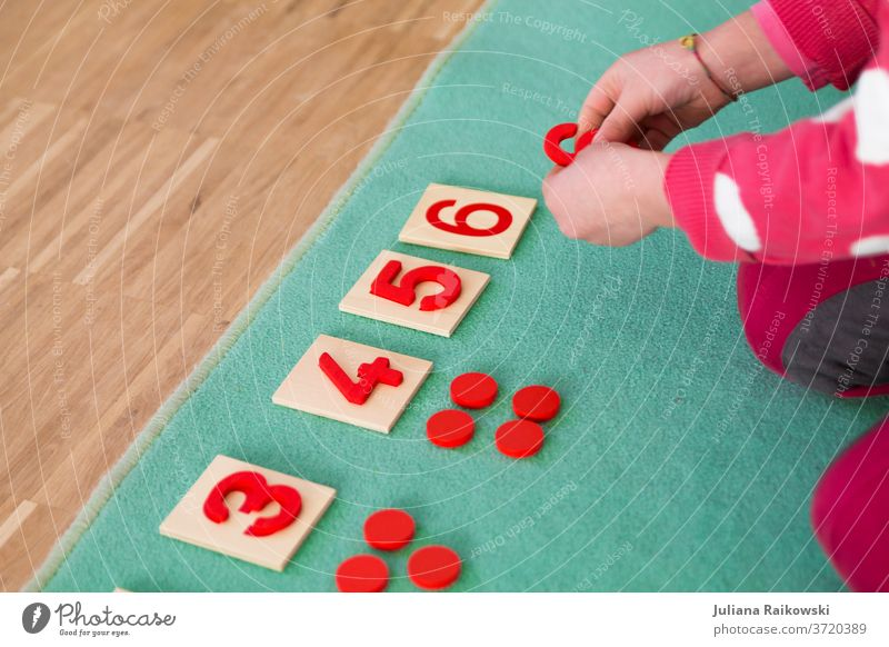 Kind lernt zählen Spielen lernen Kindheit Farbfoto Freude Bildung Kindergarten Schule Kleinkind Spielzeug mehrfarbig klein Vorschule Vorschulkind Mensch