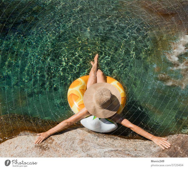 Frau mit Pamela auf einem Floß auf einem Bergfluss Ring Gummi Wasser Spaß Pool Schwimmsport Fluss Sommer blau Lächeln attraktiv Farbe Myrtenstrand Lifestyle