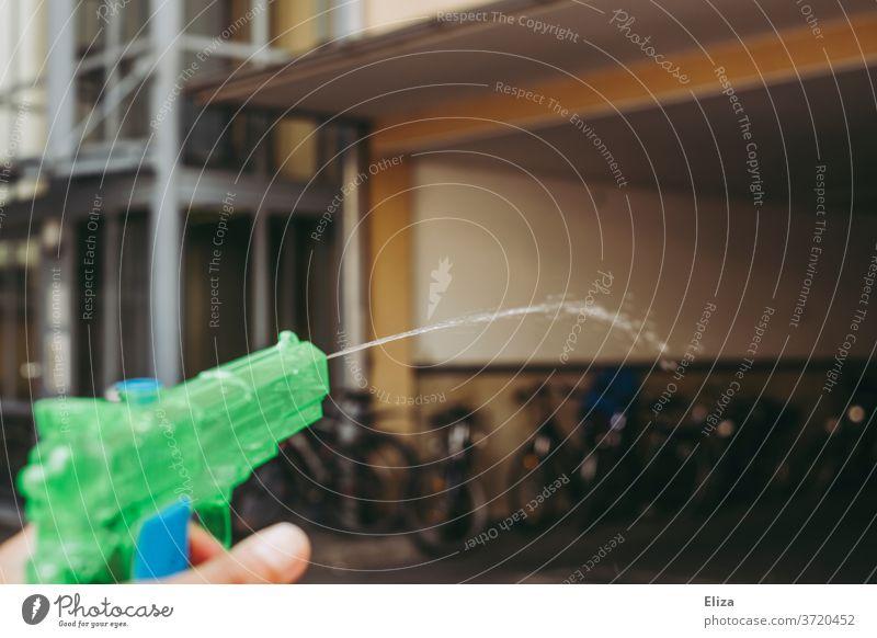 Eine Wasserpistole die Wasser spritzt gefahren (verrückt!) Wasserschlacht spritzen Pistole Spielzeug abkühlung Spielen nass Wassertropfen Erfrischung Sommer