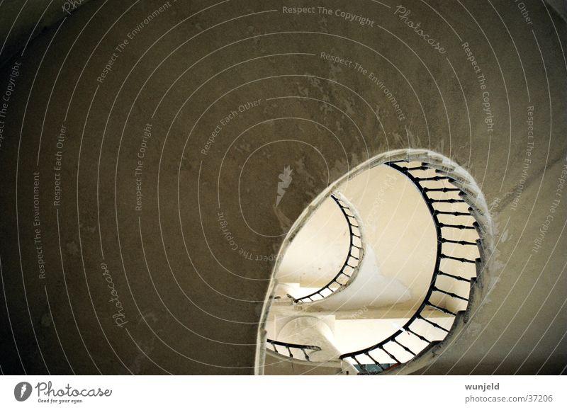 Treppenloch Wendeltreppe dreckig Licht Architektur Geländer alt