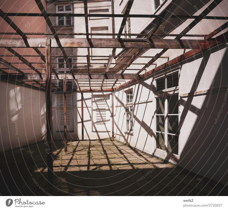 Hinterhof Wien Gebäude Haus Mauer Wand Fassade Fenster Pergola Holz Linie Schatten Gerüst hell fest einfach Holzbrett Konstruktion rustikal Strukturen & Formen