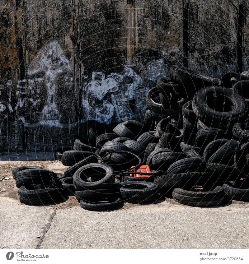 Benzinkanister in Haufen alter Autoreifen Müll Recycling Umweltverschmutzung Kanister Problematik gummi Kunststoff Kontrast schwarz rot trashig nachhaltig