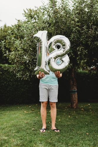 18. Geburtstag geburtstag zahlen alter silber mann gratulieren Herzlichen Glückwunsch zum feiern volljährig junge Farbfoto Dekoration & Verzierung Freude