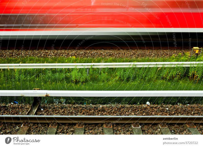 Zugdurchfahrt bahnhof bahnübergang berlin bewegungsunschärfe eisenbahn hektik himmel nahverkehr schiene schnelligkeit schranke sommer transport urban zug öpnv