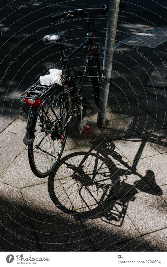 fahrrad Fahrrad Sicherheit parken Kettenschloss Poller fahrradschloss Wege & Pfade gehweg Verkehrsmittel Menschenleer Schatten
