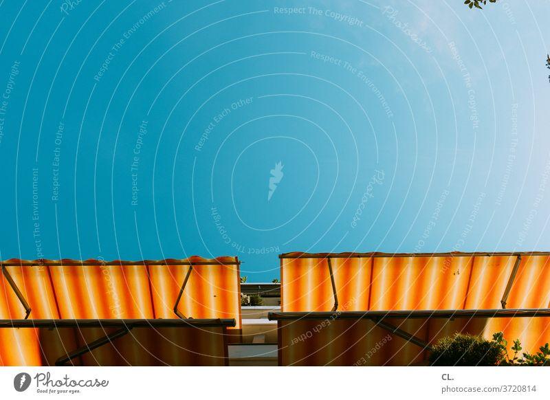 sommer zuhause Markise Sommer Balkonien Blauer Himmel Schönes Wetter wolkenlos Sommergefühl zuhause bleiben Haus Wohnung Mehrfamilienhaus sonnenschutz fröhlich