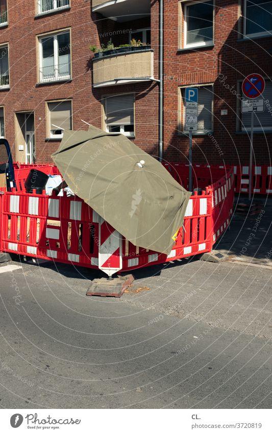 baustelle im sommer Baustelle Straßenarbeiten Absperrung Schirm Sicherheit Sommer Hitze Straßenbau