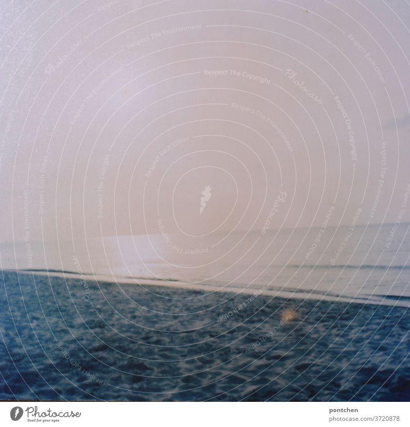 Gleißendes Licht am Strand. Wasser, Meer, Naturschönheit meer licht sonne gleißend nordsee ostsee analog horizont wellen sand lichtfleck schief wasser
