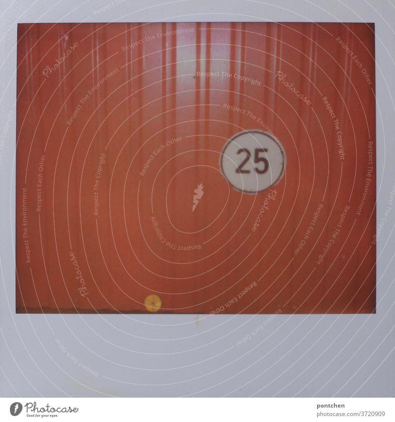 Vorfreude|auf den 25. Geburtstag. Garage Nummer 25 zahl polaroid garage orange garagentor Tor kennzeichnung geschlossen Einfahrt
