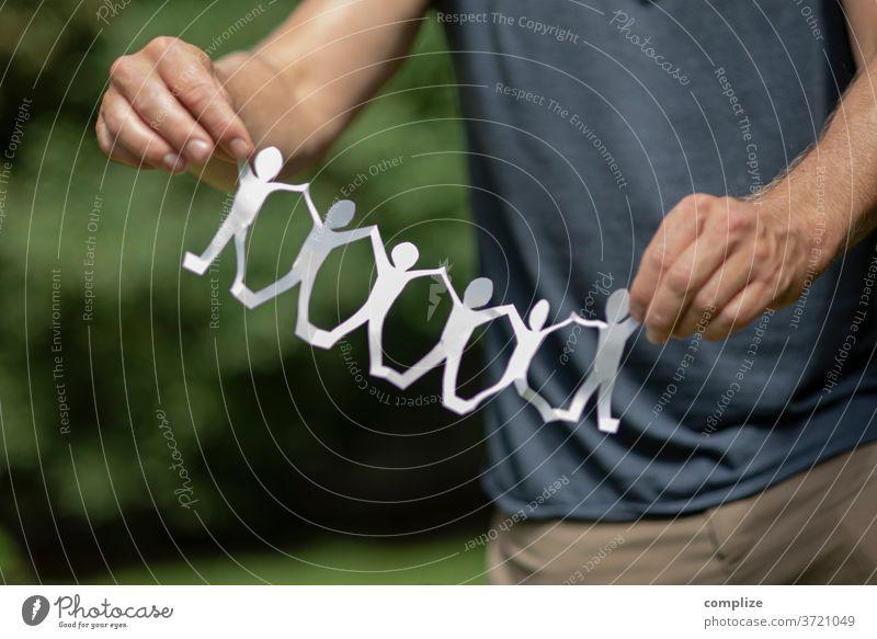 Zusammenhalt - Scherenschnitt gemeinschaftlich Zusammenhalt Gruppierung Teamwork nächstenliebe vereint Gemeinschaft gemeinsam ausschneiden festhalten Basteln
