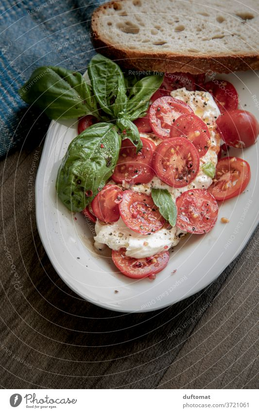 Tomatensalat mit Burratra und Basilikum Salat essen Gemüse Lebensmittel Ernährung Vegetarische Ernährung Bioprodukte Diät Essen Salatbeilage Gesunde Ernährung