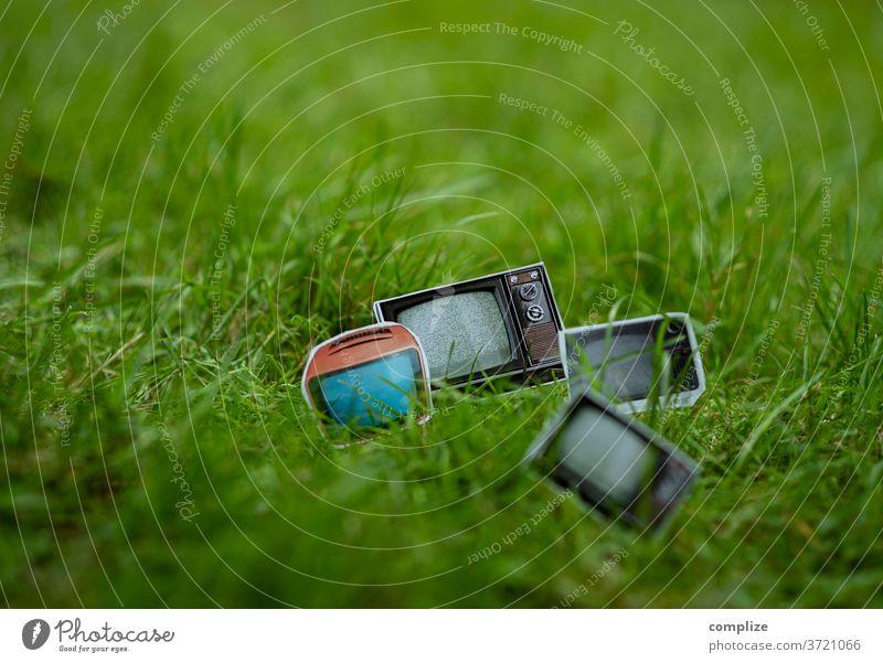 Fernsehen im Grünen - Television Vintage Fernseher TV sperrmüll Müll Abfall kaputt 70er Jahre 80er jahre wegschmeisen alt Fernseher, Fernsehen Screen