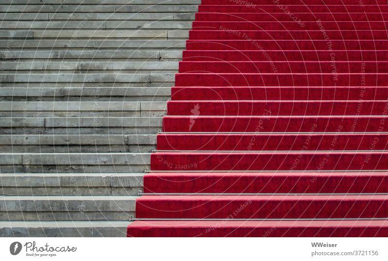 Die Freitreppe mit dem roten Teppich führt feierlich ins Konzerthaus Treppe Stufen roter Teppich Veranstaltung Detail Ausschnitt abstrakt Diagonale