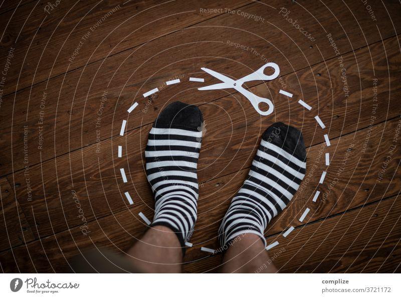 Schererei - my Space ausschneiden Scherenschnitt Papier Bereiche Auschnitt Barfuß Rasen Haus stehen ausschnitt home zu Hause Socken Ringelsocken schererei