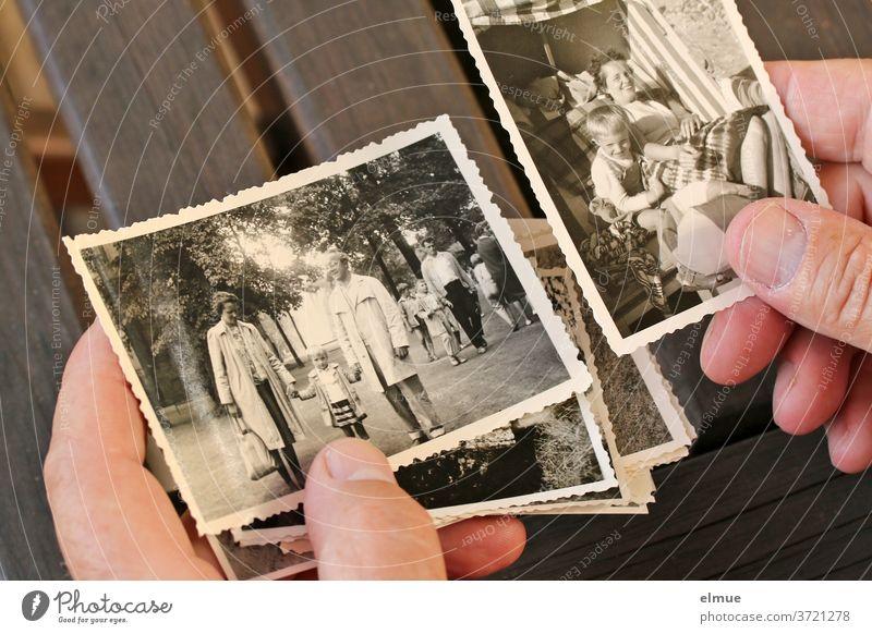 Als er den Karton mit den alten schwarz-weiß Fotos fand, versank er für Minuten in Urlaubserinnerungen an seine eigene Kindheit analog Papierbild Erinnerung