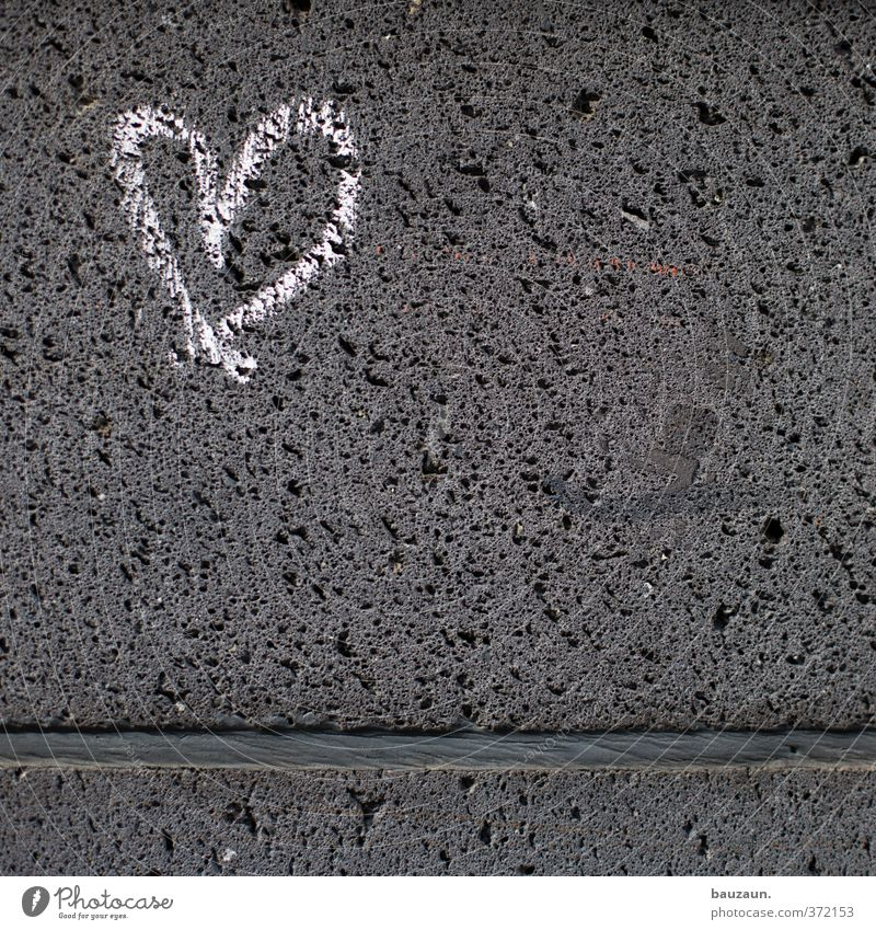 ut köln | ehrenfeld II | herz auf stein. Haus Bauwerk Gebäude Mauer Wand Fassade Stein Zeichen Herz Linie Liebe träumen fest grau weiß Zusammensein Verliebtheit