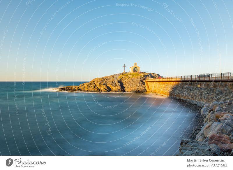 Touristen in der Nähe der Kapelle Saint Vincent im Meer von Collioure in Südfrankreich. antik Architektur Bucht Strand Bell Tower blau Boot Burg oder Schloss