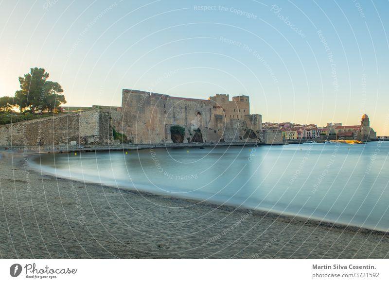 Altstadt von Collioure, Frankreich, ein beliebter Ferienort am Mittelmeer, Panoramablick mit dem königlichen Schloss im Licht des Sonnenaufgangs antik